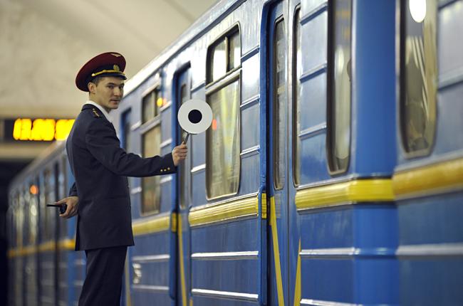 Картинки по запросу киевское метро поезда