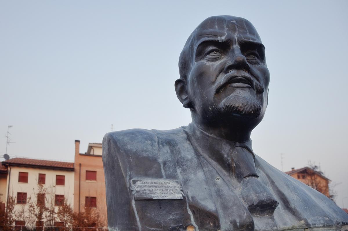 В Италии «заплакала» статуя Ленина