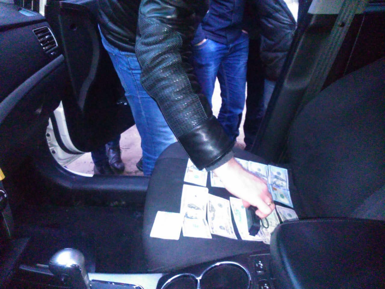 Взяточника арестовали во время передачи денег