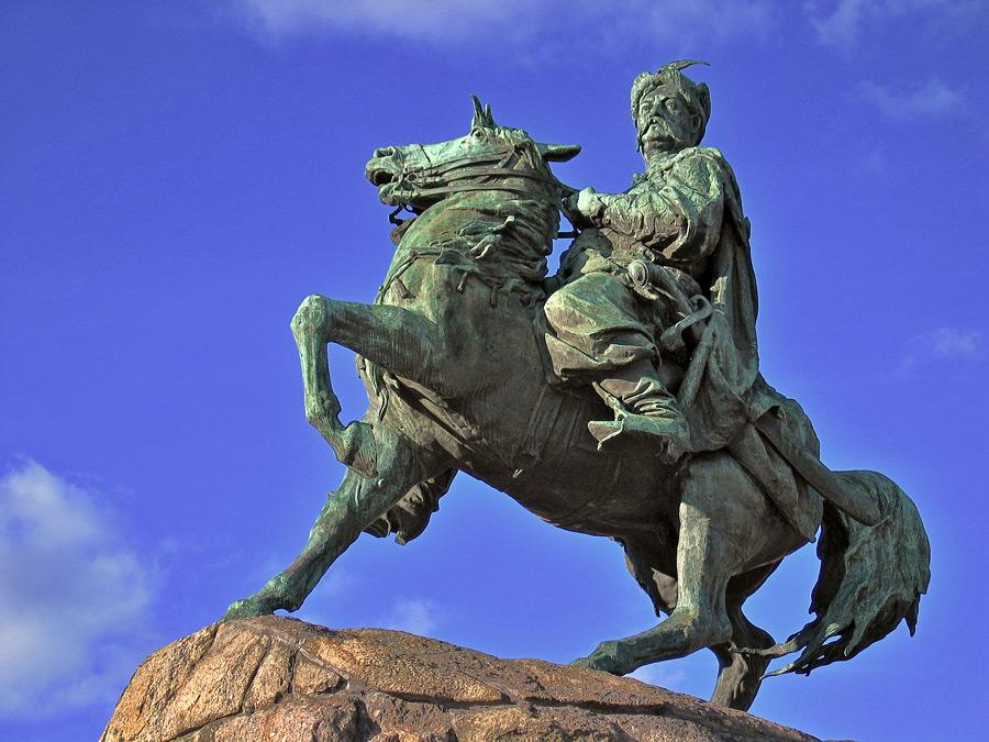 Хмельницкий - идеальный правитель для украинцев. На фото - памятник Хмельницкому в Киеве