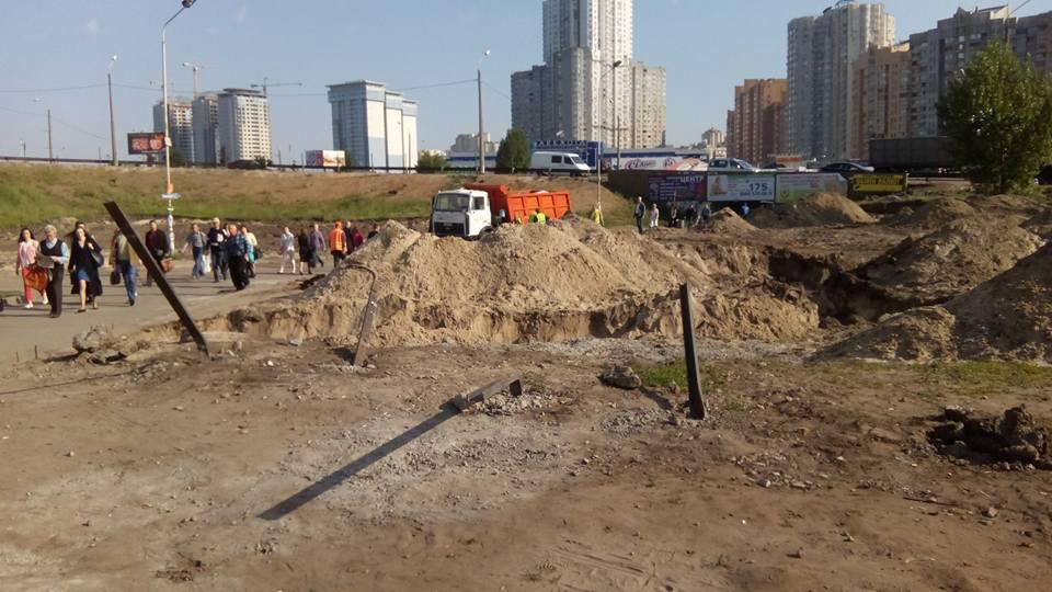 Рабочие начали демонтаж остатков ограждения строительного участка возле станции метро Осокорки