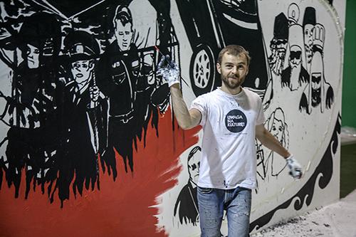 Владимир Кузнецов на фоне незаконченной картины