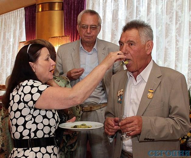 Александра Омельченко закармливают праздничными яствами