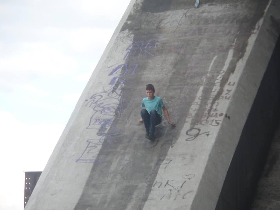 Недостроенный мост вКиеве стал популярным местом для молодых людей
