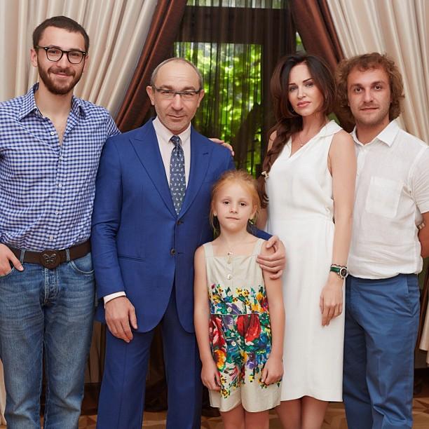 Геннадий Кернес с внучкой, сыновьями и невесткой