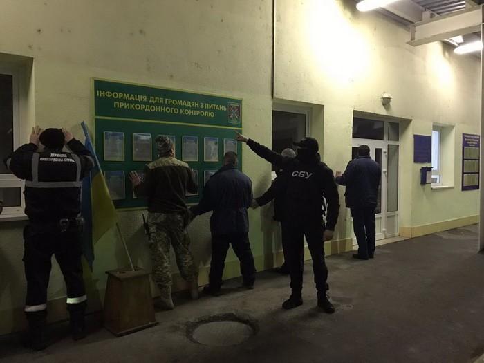 ВЗакарпатье СБУ изъяла «черную кассу» таможенников, спрятанную вунитазе