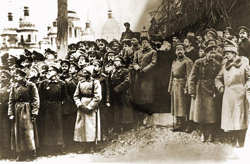 Митинг на Софийской площади. В центре — Симон Петлюра, Владимир Винниченко, Михаил Грушевский. Октябрь 1917 года