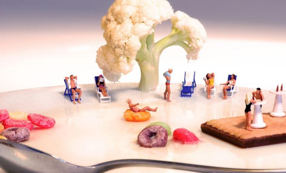 Миниатюрный мир из еды и предметов быта
