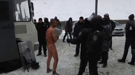 видео издевательства над голыми людьми