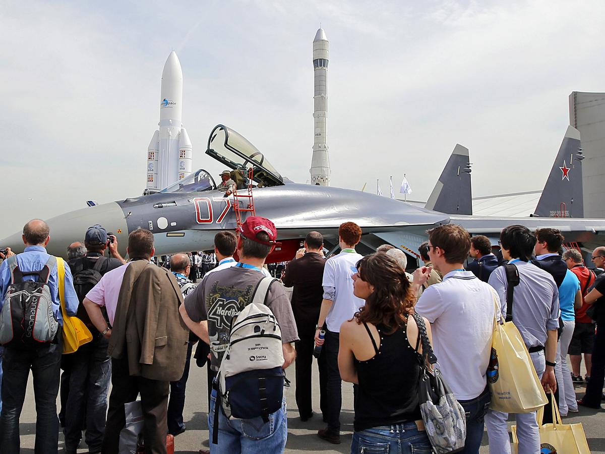 Посетители смотрят на истребитель Су-35С.