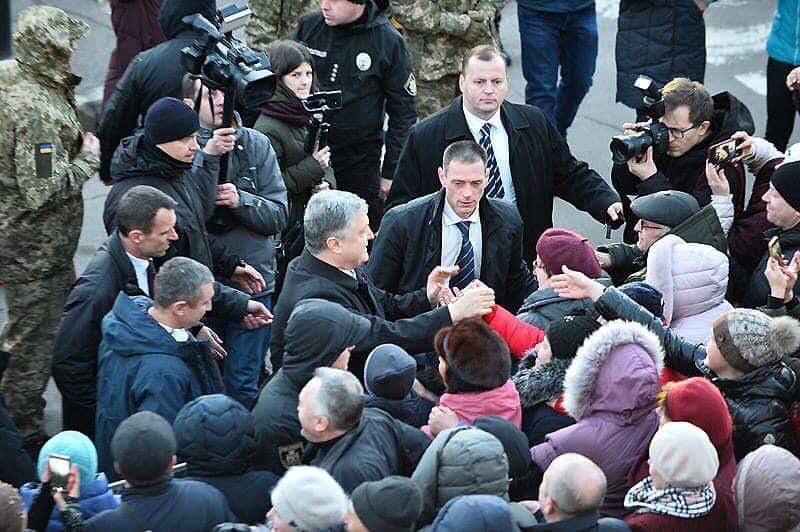 Президент жмет руки избирателям