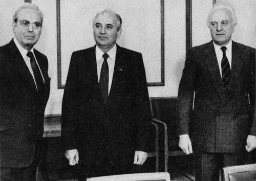 Генеральный секретарь ООН X. Перес де Куэльяр, М. С. Горбачев и Э. А. Шеварднадзе