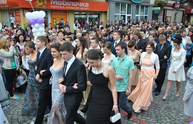 Выпускники всех школ Мукачево торжественно прошлись по центру города.