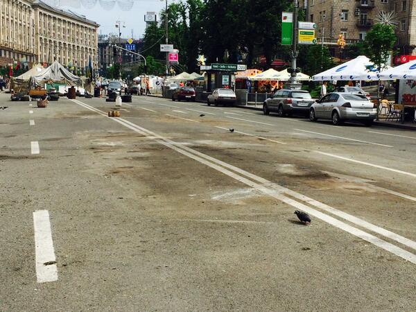 На Майдане убирают палатки