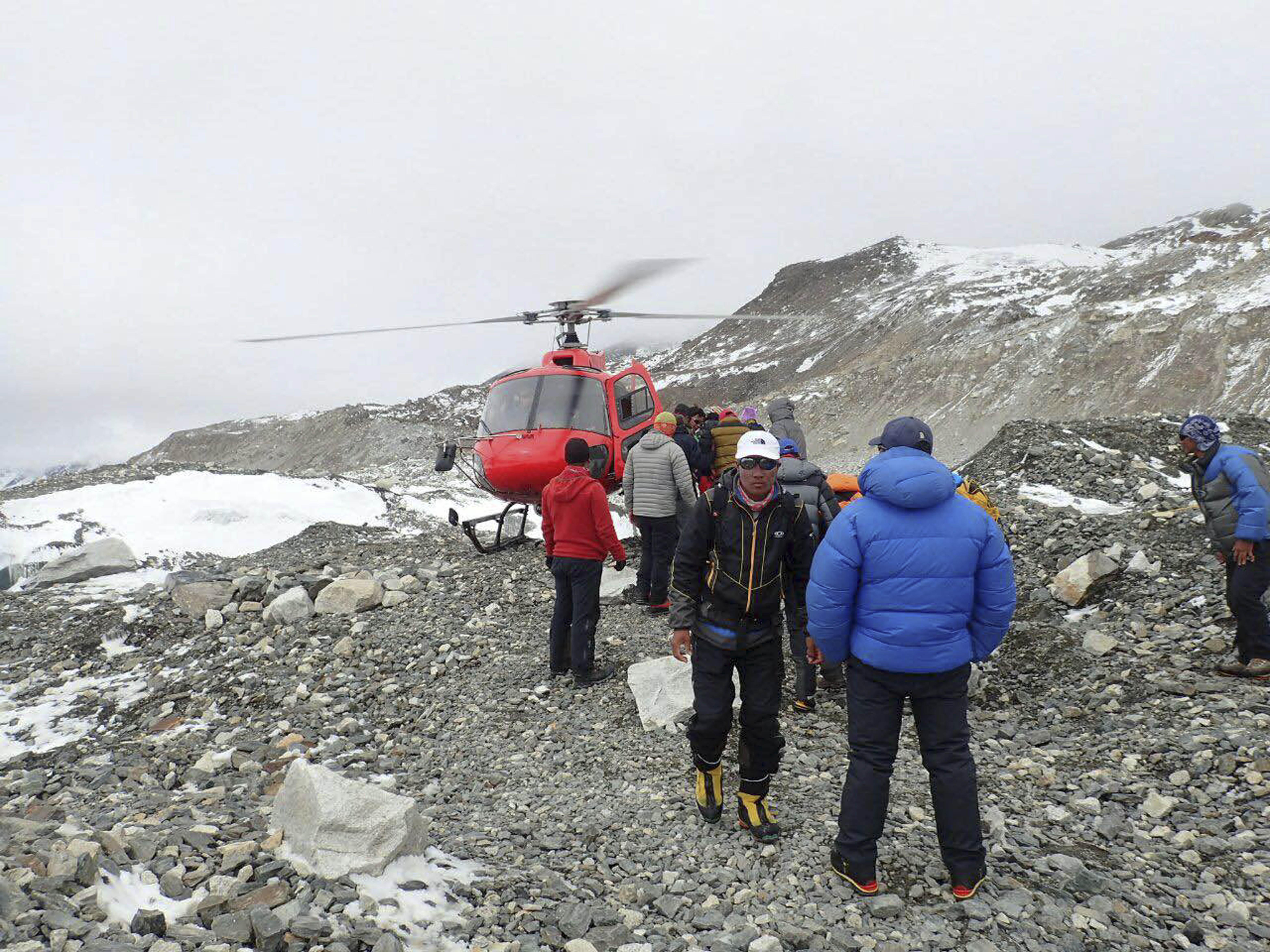 Эвакуация альпинистов с Эвереста