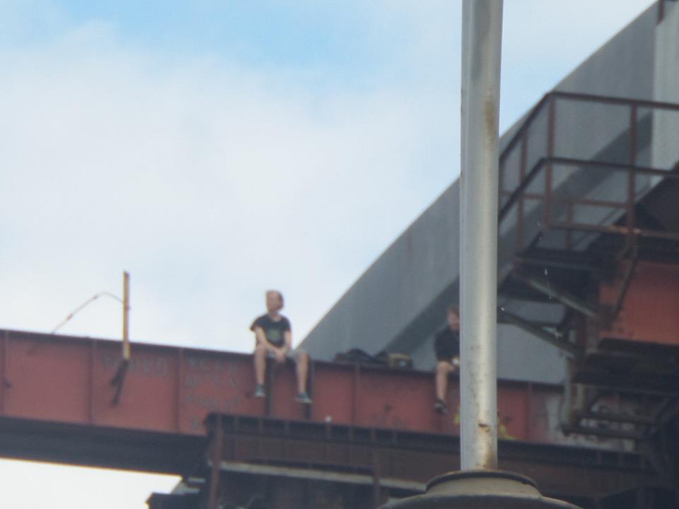 ВКиеве подростки устроили экстремальные веселья наПодольском мосту