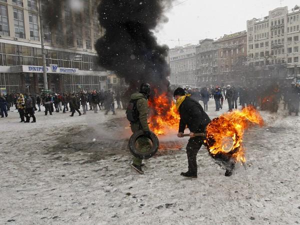 На Грушевского протестующие палят шины