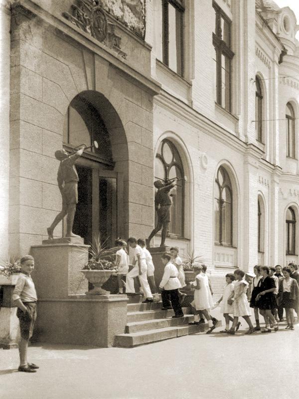 Национальная филармония была тогда Дворцом пионеров и октябрят