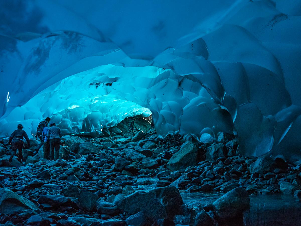 Ледяная пещера под ледником в Джуно, США