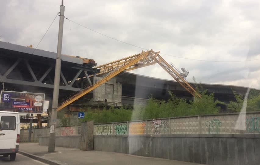 Кран лежит на мосту, но ремонтников пока не видно