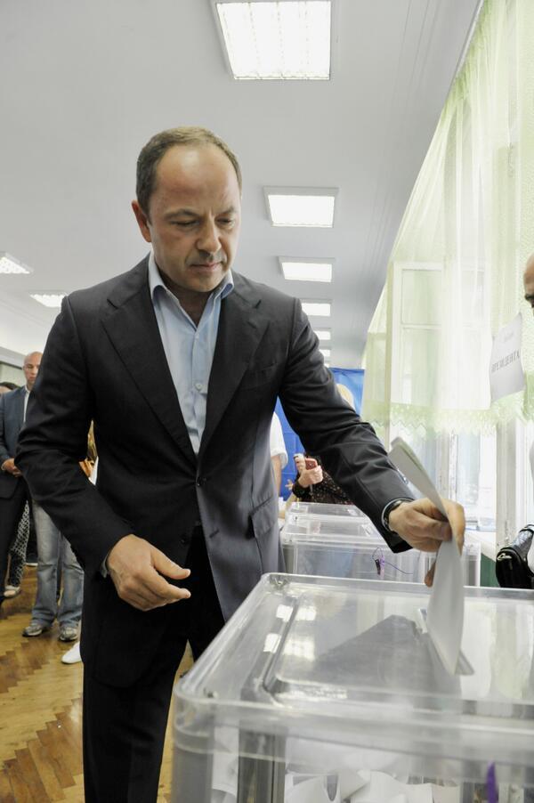 Тигипко голосует на выборах