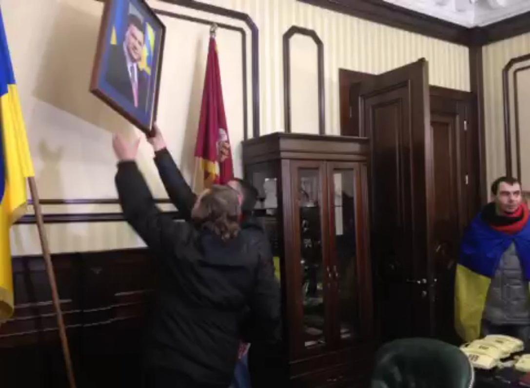 В кабинете Добкина сняли портрет Януковича