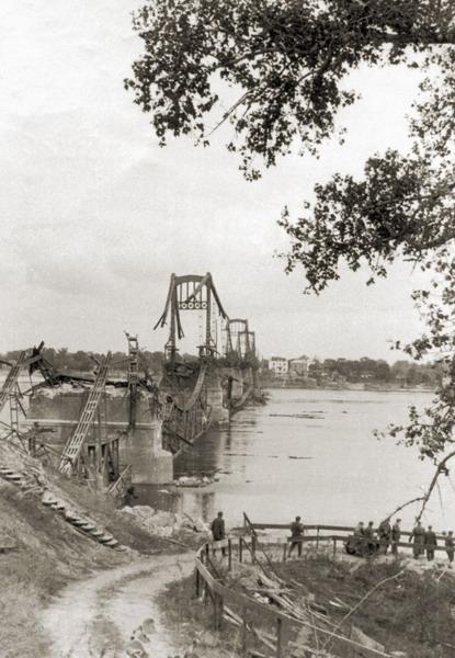 Мост им. Евгении Бош, взорванный отступающей Красной армией. Фото 1942 года