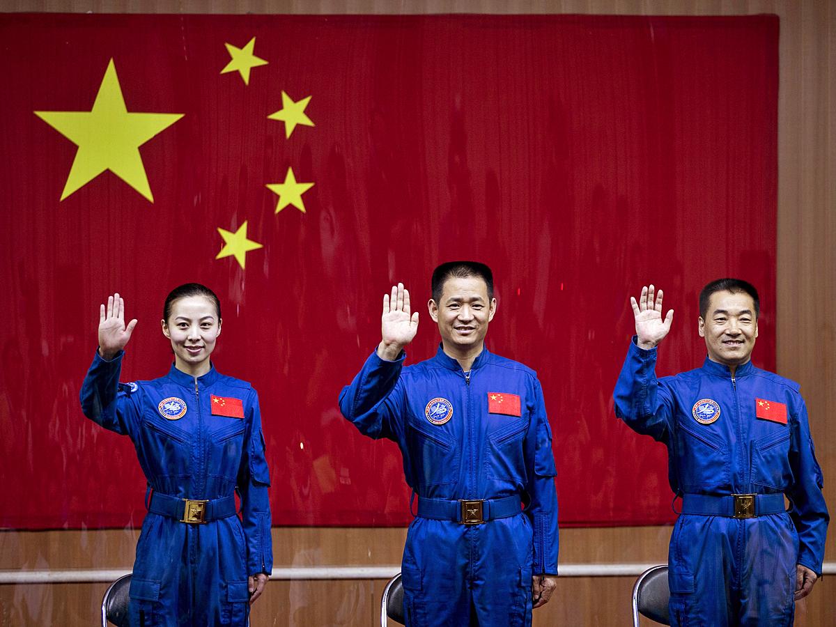 Слева направо: Ван Япин, Не Хайшэн и Чжан Сяогуан