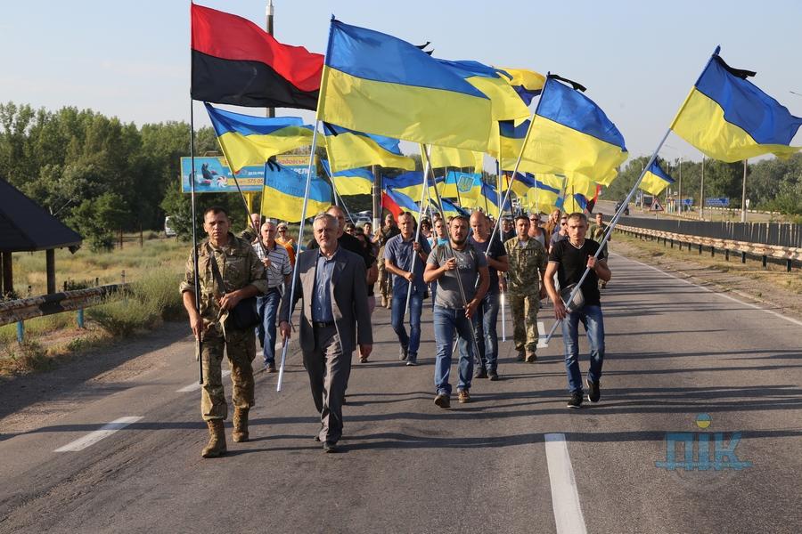 Жители города встретили кортеж с флагами