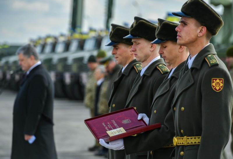 Военные почтили погибших Героев Украины минутой молчания