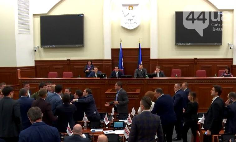Депутатов разнимал Кличко— Драка вКиевсовете