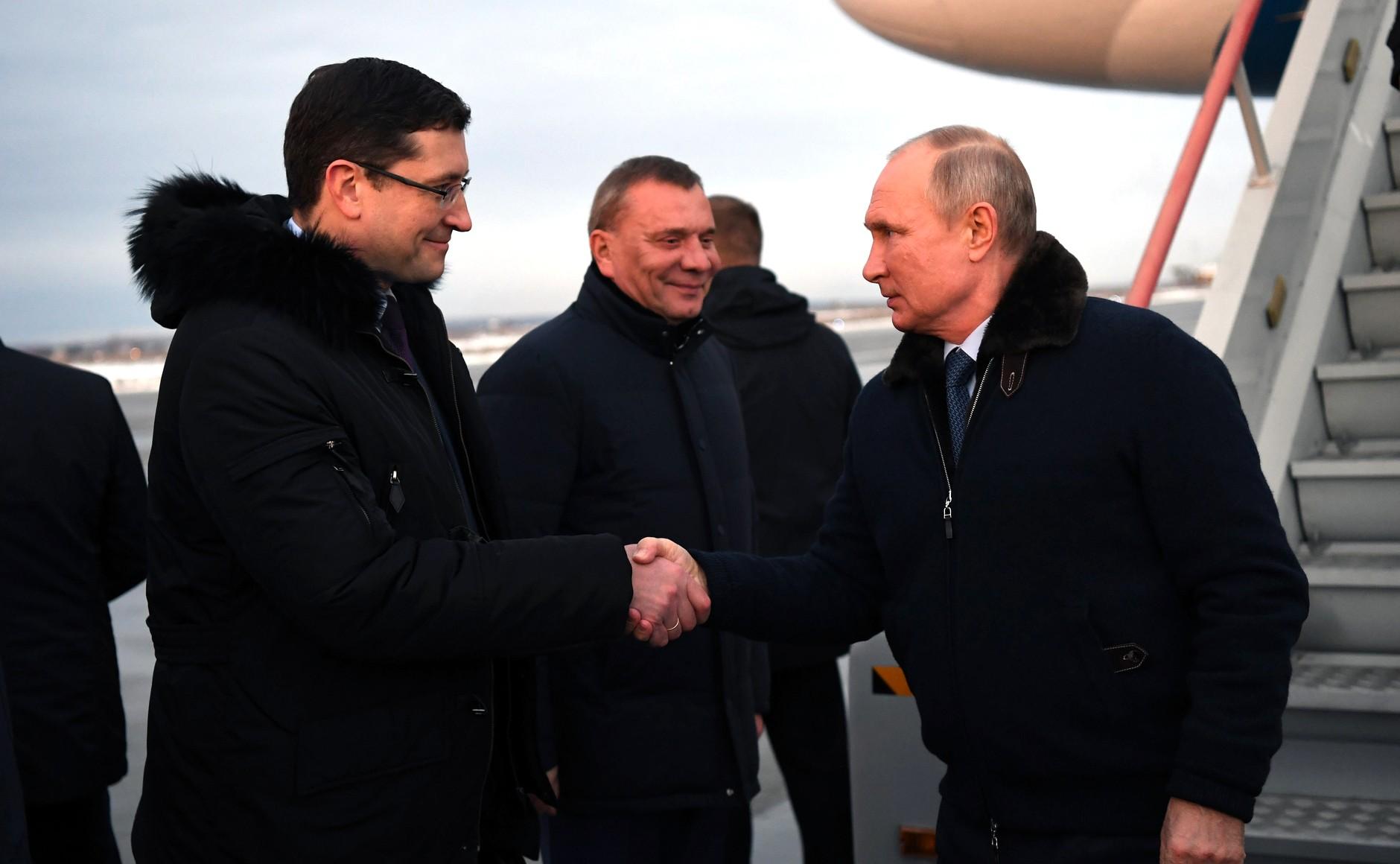 Путин без маски и перчаток здоровывается с чиновниками
