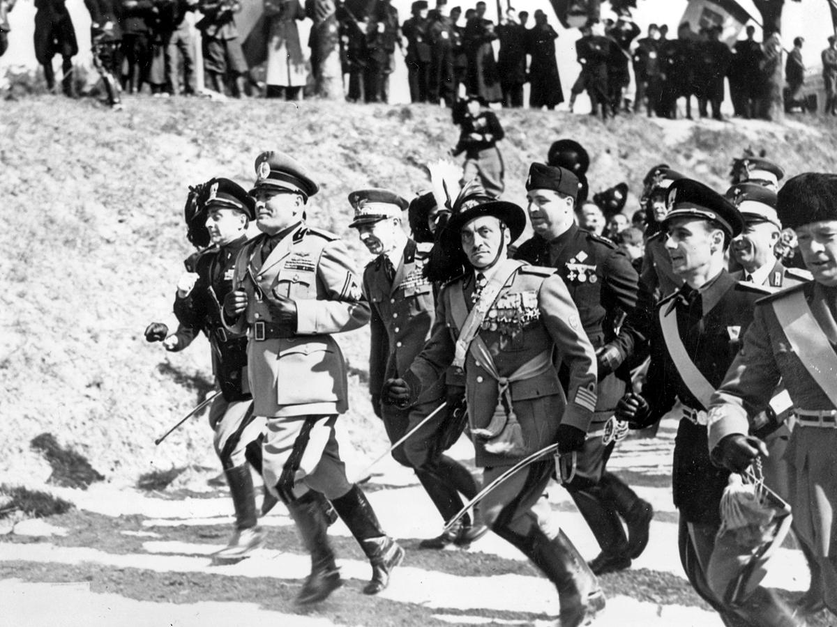 Бенито Муссолини бежит во главе войска