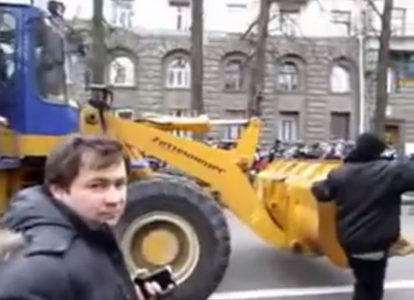 Андрей Дзиндзя рядом с бульдозером