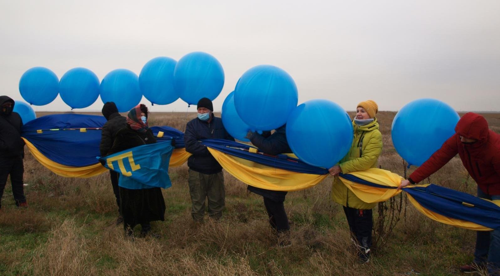 Волонтеры готовят к запуску флаг