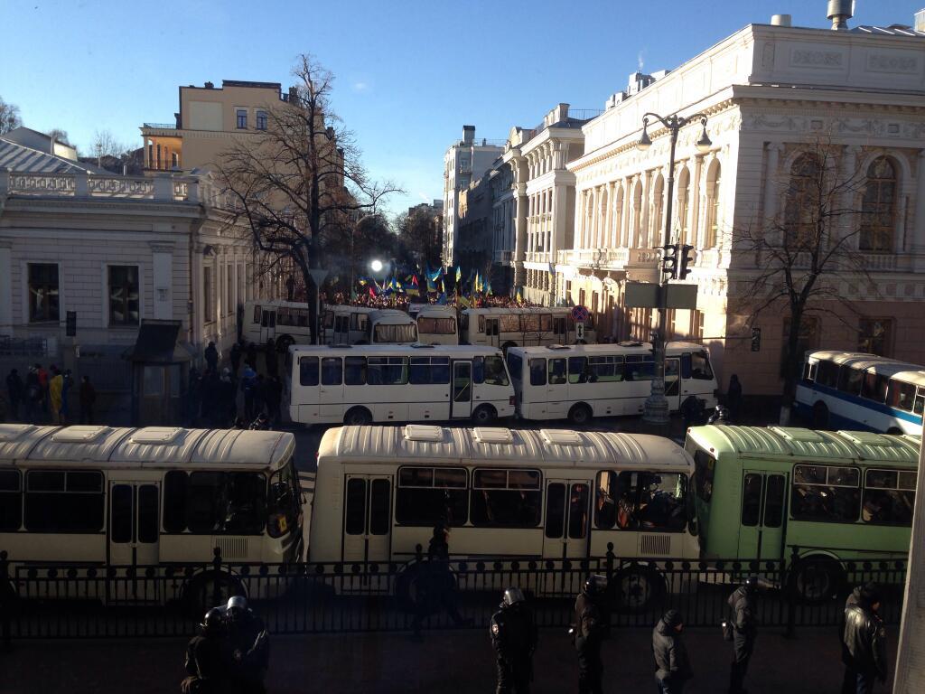 Автобусы правоохранителей под ВР. Вид из окна парламента.