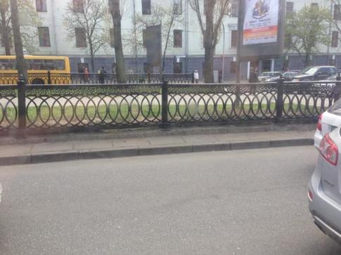 Забор на бульваре Тараса Шевченко перекрасили в черный цвет
