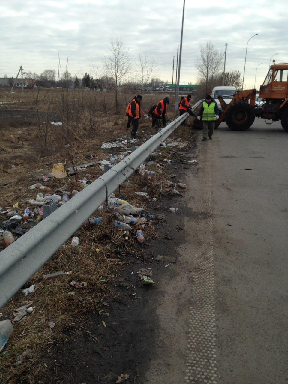 Люди собирают мусор вручную