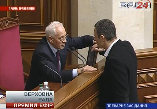 Виталий Кличко что-то обсуждает с Николаем Азаровым после выступления