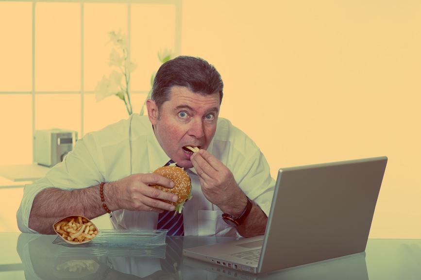 Обычно коллеги ненавидят тех, кто ест на рабочем месте