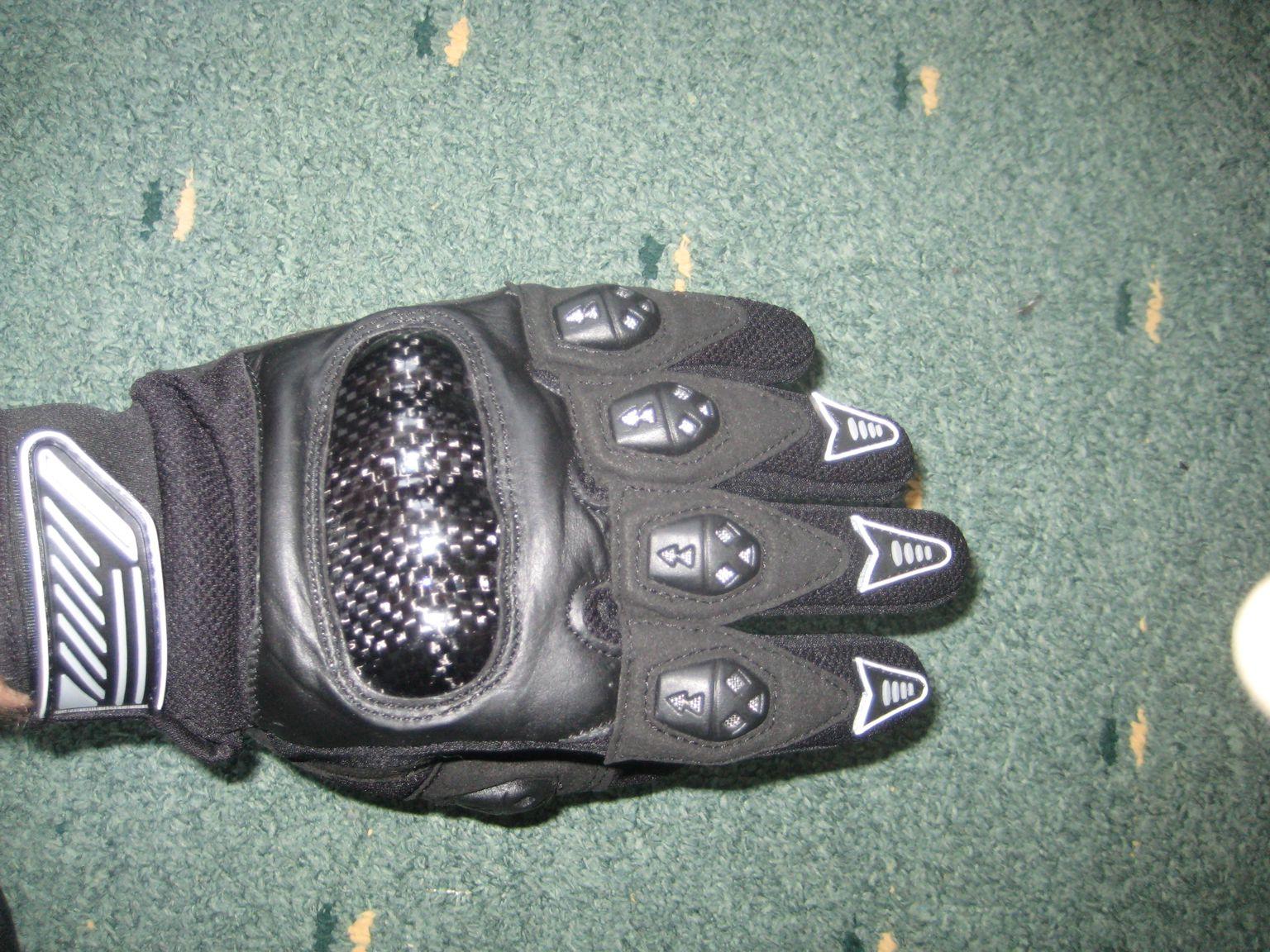 Мотоциклетные перчатки спасут от травм и продувания