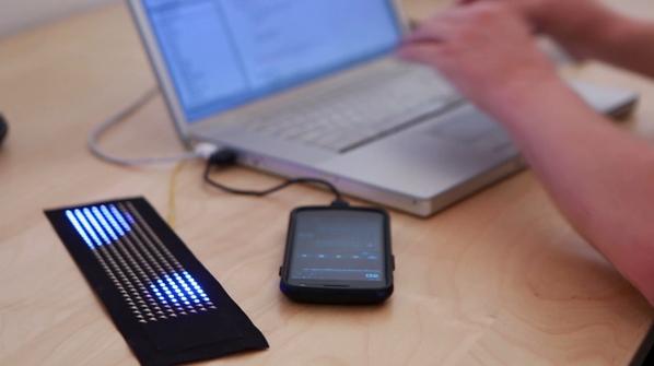 Fos - проект гибкого дисплея, который может быть аксессуаром для одежды