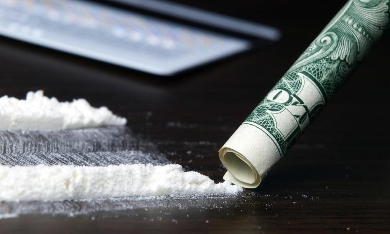 Банкнота номиналом $100 - традиционный аксессуар при употреблении кокаина