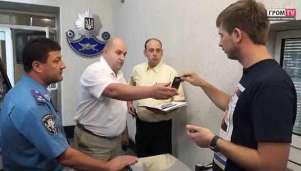 Журналисты показывают карточку сотрудникам ГАИ