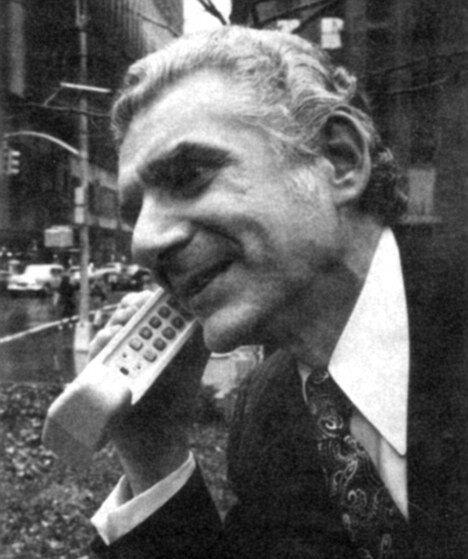 3 апреля 1973 года Мартин Купер осуществил первый звонок