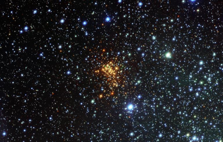 В созвездии Жертвенник нашли звезду, которая скоро умрет. На фото она зеленая