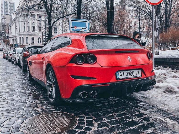Оба Ferrari обладают V12 на 6,3 литра (660 и 690 лошадей)