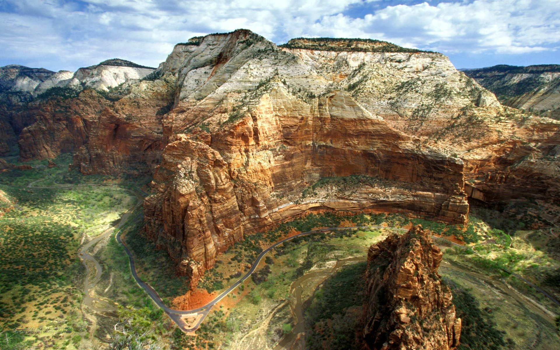 Зион расположен в штате Юта. Площадь парка - 593 км квадратных