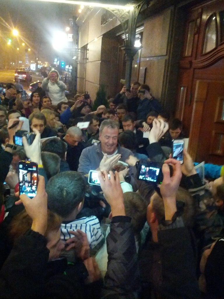 Кларксон в окружении фанатов. Киев