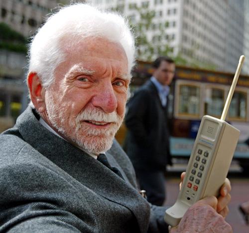Мартин Купер с первым мобильным телефоном